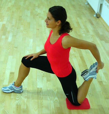 Potisk  bokov naprej in dvig zadnje noge k sebi