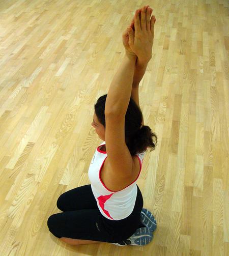 Razteg  mišic rok na zunanji strani, ramen in reber