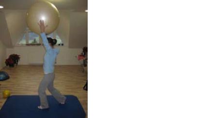 Učenje kontrole gibanja v povezavi zgornjih in spodnjih okončin asimetrično v vertikalnem položaju.